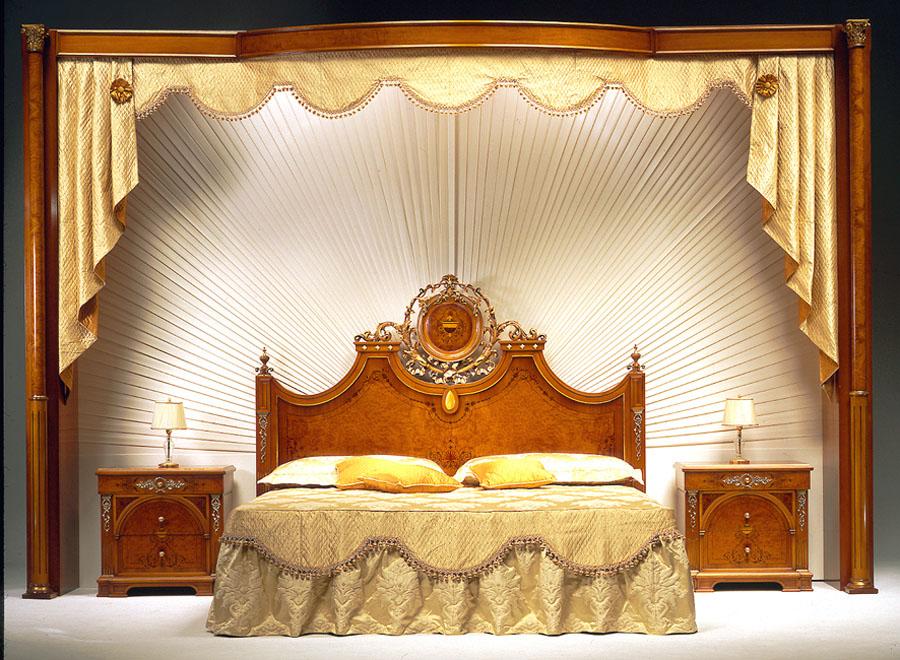Letto e comodini in noce naturale, radica, argento e oro foglia nei ...